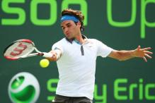 Roger Federer hits a sweeping topspin forehand.jpg