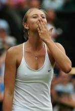 Maria Sharapova giving an air kiss.jpg