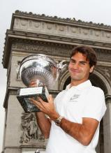Roger Federer holds his French Open trophy in front of France's Arc de Triomphe.jpg