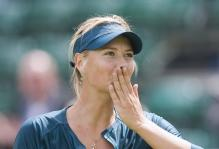 Maria Sharapova blows a kiss to the crowd.jpg