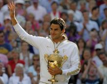 Roger Federer acknowledges the crowd while holding the Wimbledon 2009 trophy.jpg