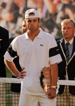 Andy Roddick is disappointed during the trophy presentations at Wimbledon 2009.jpg