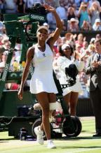 Venus Williams waves to the crowd during trophy presentations of Wimbledon 2009.jpg