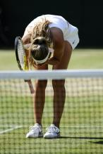 Victoria Azarenka hunches over in disappointment during Wimbledon 2009.jpg