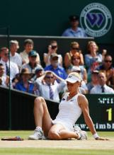 Elena Dementieva sits on the ground during her match vs Serena Williams in Wimbledon 2009.jpg