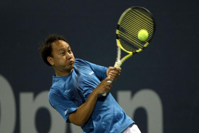 Michael Chang hits a backhand during his Legends match against Jim Courier 2.JPG
