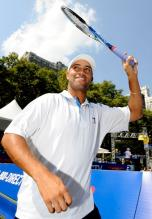 James Blake raises his racket in acknowledgement at the 2009 US Open Experience.JPG