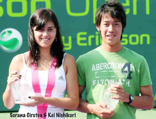 ¿Cuánto mide Sorana Cirstea? - Real height Kei+Nishikori+poses+with+Sorana+Cirstea
