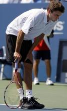 Gilles Simon has a hurt knee at the US Open 2009.JPG