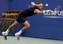 Del Potro goes for a defensive backhand.JPG