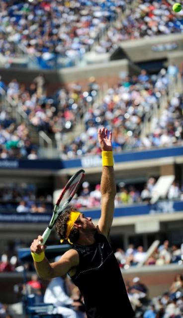 Del Potro high ball toss on serve.JPG