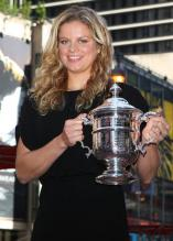 Kim Clijsters and her 2009 US Open trophy in New York City.JPG
