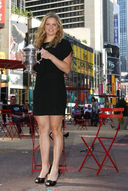 Kim Clijsters holds her 2009 US Open Championship trophy at Times Square in New York.JPG