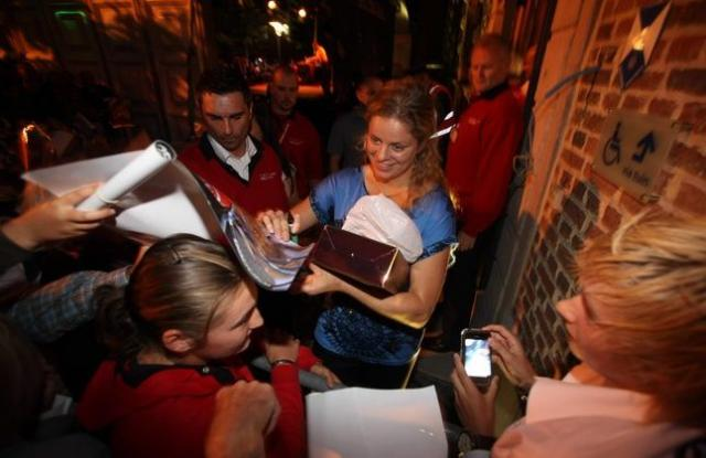 Kim Clijsters signs autographs in Belgium.JPG
