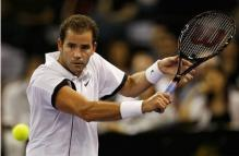 Pete Sampras prepares to hit a backhand slice.JPG