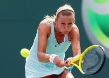 Victoria Azarenka hits a 2 handed defensive backhand in Miami 2010.JPG