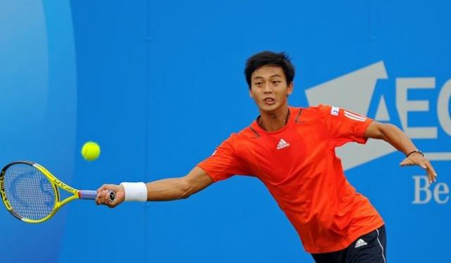 Yen-Hsun Lu reaches to hit a forehand at the AEGON championships 2010.JPG
