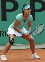 Li Na service return stance during French Open 2010.JPG