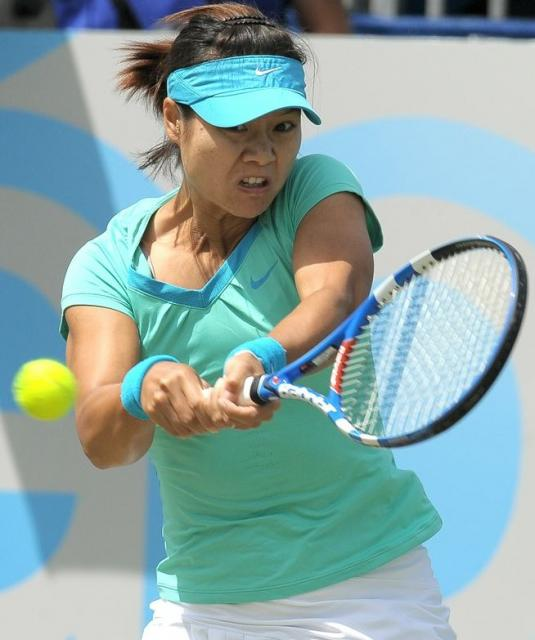 Li Na interesting 2 handed backhand grip.JPG