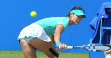 Li Na hits a defensive slice backhand on the run.JPG