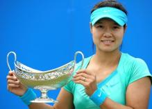 Li Na poses with her Maud Watson trophy 2010.JPG
