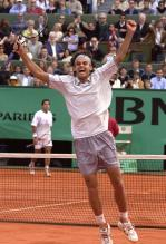 Gustavo Keurten celebrates after winning the 2001 French Open.jpg