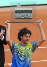 Gustavo Kuerten raises his honorary French Open trophy.jpg