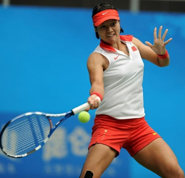 Li Na goes for a forehand in Guangzhou 2010.JPG