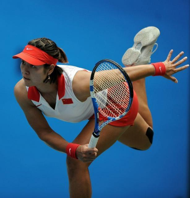 Li Na follows through on a serve in Guangzhou 2010.JPG