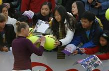 Vera Zvonareva signs autographs in Hong Kong 2011.JPG