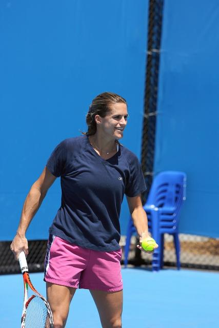 Amelie Mauresmo warming up.jpg