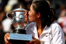 Li Na kisses the 2011 French Open trophy.JPG