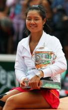 Li Na sits and poses with her 2011 French Open championship trophy.JPG