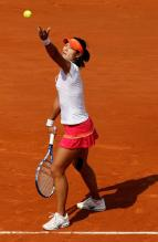 Li Na ball toss and serve during the 2011 French Open finals.JPG