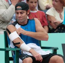 Robby Ginepri adjusts his arm tape.jpg