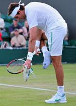 Juan Martin Del Potro takes off his shoe at Wimbledon 2011.JPG
