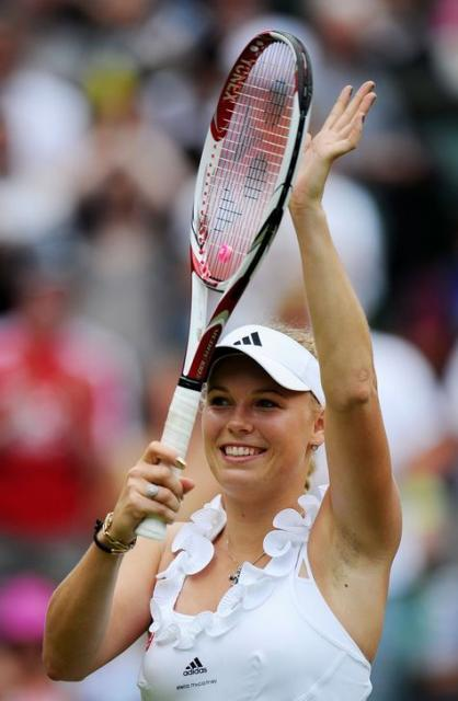 Caroline Wozniacki smiles and claps her hand on the racket during Wimbledon 2011.JPG