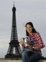 Ana Ivanovic poses with her French Open 2008 trophy in front of the Eiffel tower.jpg