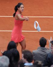 Anna Ivanovic throws her cap to fans.jpg