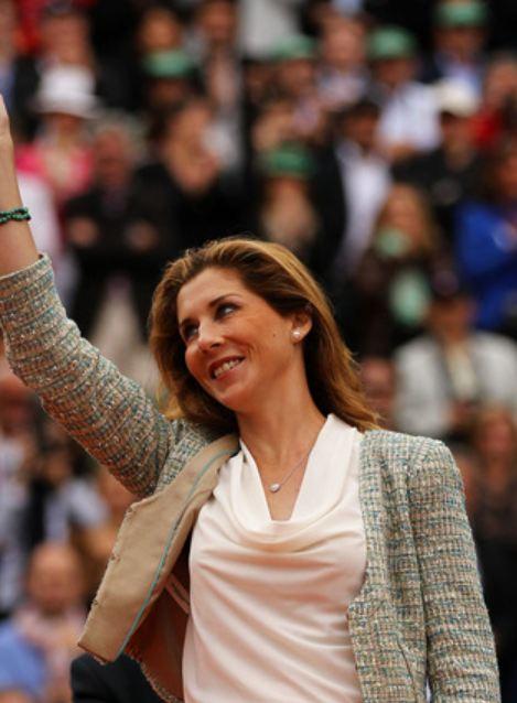 Monica Seles smiles and acknowledges the crowd at the 2012 French Open.JPG
