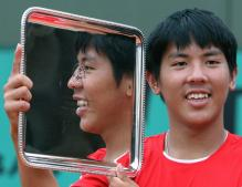 Tsung-Hua Yang holds his French Open Boy's Singles Championship trophy.jpg