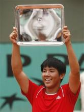 Tsung-Hua Yang raises his 2008 French Open Boys Championship trophy.jpg