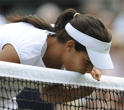Ana Ivanovic kisses the net during Wimbledon 2008.jpg