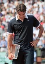Roger Federe is downcast with the 2nd place Roland Garros trophy in 2008.jpg