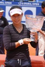Zheng Jie holds her Estoril Open trophy in 2006.jpg