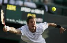 Safin stretches to hit a forehand.jpg