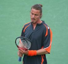 Marat Safin examines his racket.jpg
