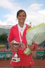 Laura Robson holds flowers and her trophy back in 2006.jpg