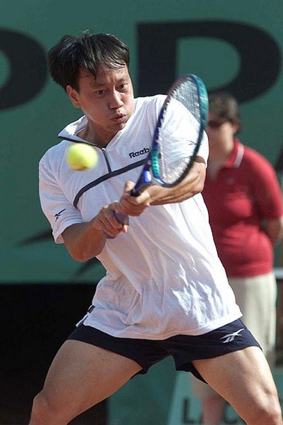 Michale Chang hits a two-handed backhand.jpg