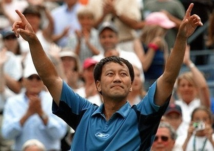 Michael Chang acknowledges the crowd in 2003.jpg